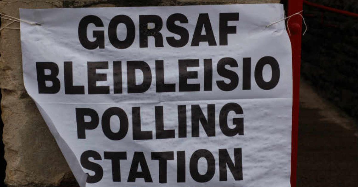 signage-welsh-polling-station-2010